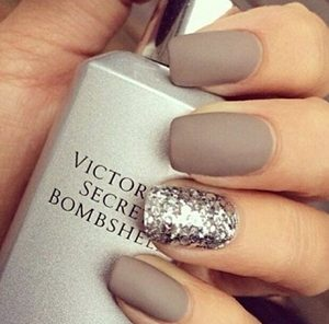 gray short nails