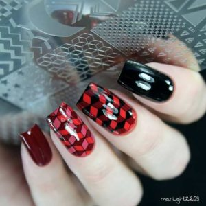 Mozaic red black nails
