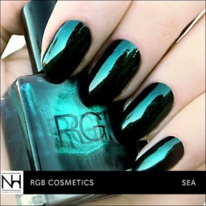 Emerald nails with metallic finish