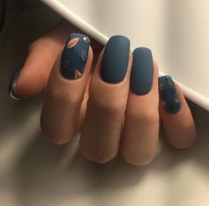 falling leaves pattern nail art on accent nail