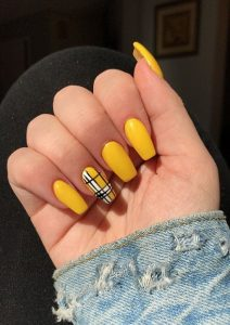 checked pattern on accent nail