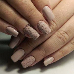 Beige short nails with 3D patterns