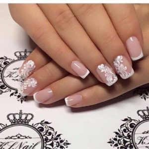 Baroque motif designs on accent nails