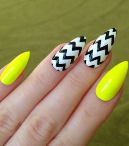 Zigzag nail art on accent nails